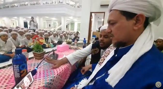 Dr Sheikh Salim Alwan addresses students in Daarul Mughni Al Maliki College in Bogor Indonesia